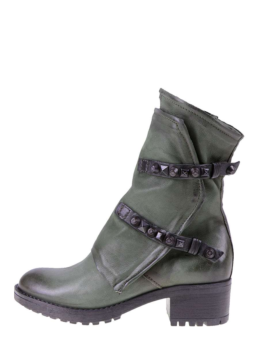 Studded boots fata